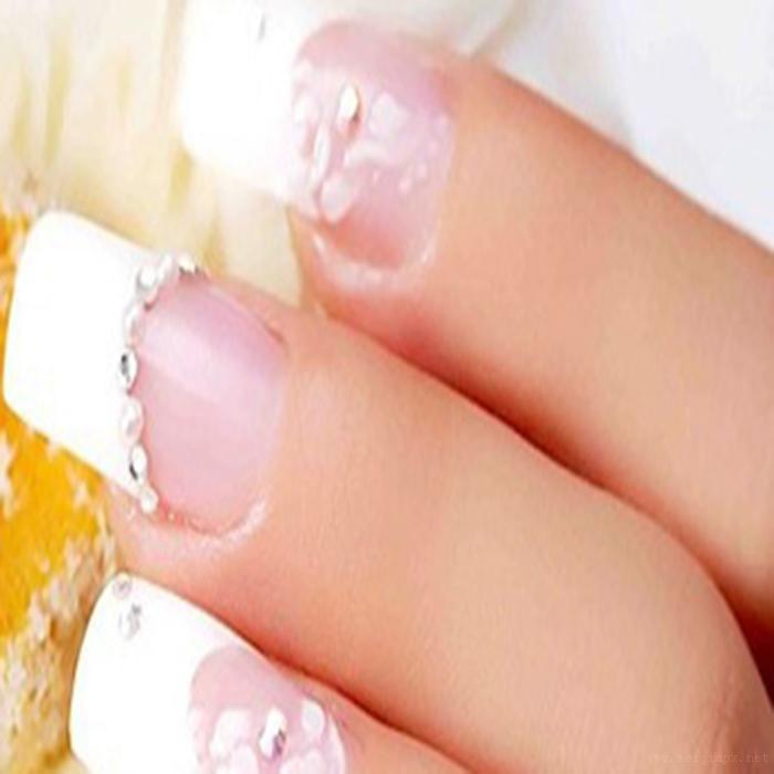 有时候干净透明的指甲光泽,多了一份纯净的优雅!