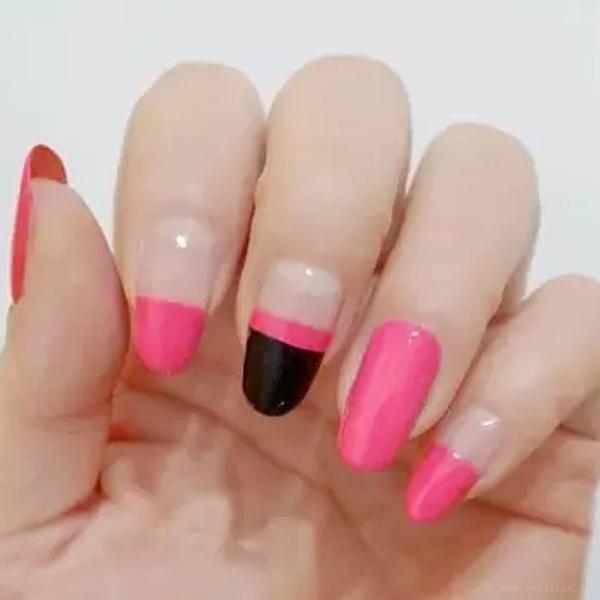 可爱粉红色米奇美甲