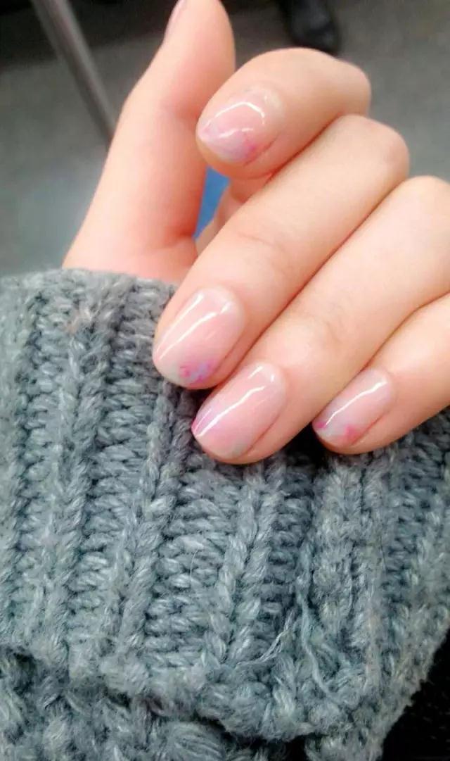 ▼ 裸色指甲上的白色手绘花朵清新美丽,与之相间的奶茶色非常温柔.